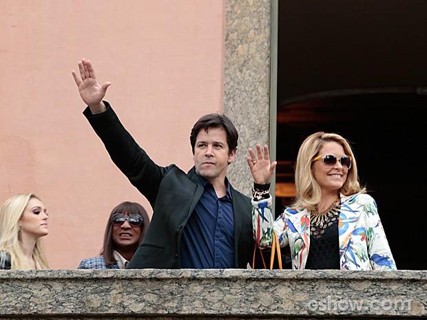 Jonas Marra é recebido pela imprensa na porta do hotel em Copacabana (Foto: Felipe Monteiro / TV Globo)