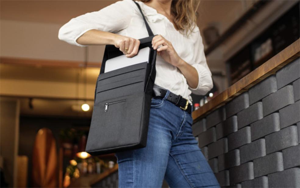 LAER é uma capa para notebooks que também funciona como powerbank de até 20.000 mAh (Foto: Divulgação/ARROE)