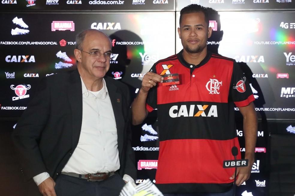 Ao lado de Bandeira, atacante comemora acerto com o Flamengo (Foto: Gilvan de Souza/Flamengo)