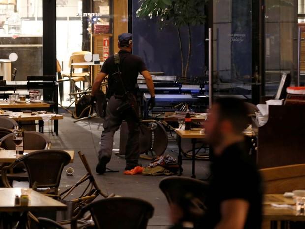 Polícia vasculha restaurante após tiroteio nesta quarta-feira (8) no centro de Tel Aviv (Foto: REUTERS/Baz Ratner)