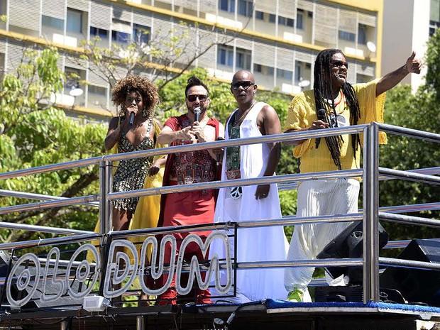 Cantores do Olodum cumprimentam foliões nesta terça-feira de carnaval (Foto: Sérgio Pedreira/Ag. Haack)