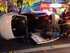 Bombeiros retiram teto de carro capotado para resgatar vítima em SP