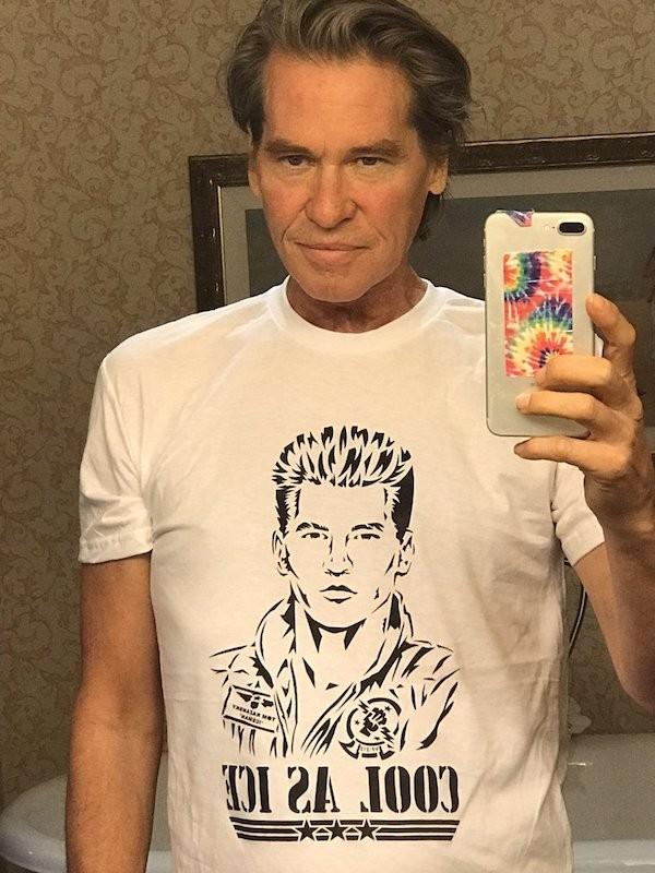 O ator Val Kilmer com uma camisa em homenagem a seu personagem em Top Gun (Foto: Twitter)