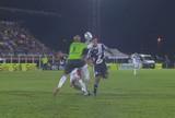 Goleiro erra a bola e acerta o rosto de atacante da Ponte, que apaga; vídeo