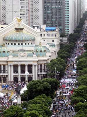 Público lota a Avenida Rio Branco no ato contra a nova distribuição dos royalties no Rio (Foto: Domingos Peixoto/ Ag. O Globo)