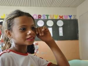 Aluna cigana lamenta que foi transferida da turma de ciganos porque avançou uma classe, em Goiás (Foto: Adriano Zago/G1)