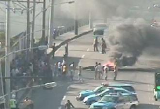 Objetos em chama foram usados para interditar o trânsito (Foto: Reprodução / Centro de Operações)