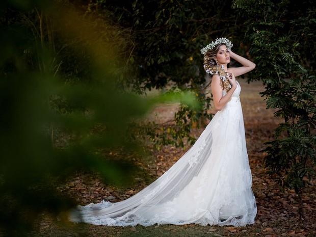 Modelo posa com vestido de noiva (Foto: Infinito Comunicação/Divulgação)