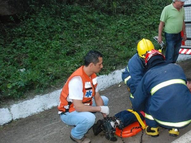 A família do homem foi até o local para tentar ajudar (Foto: Eder Luiz/Divulgação )