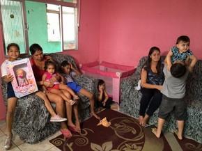 Ao lado da família, Stephany comemora e não larga o presente que ganhou (Foto: Solange Freitas / G1)