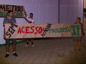 Alunos de São Carlos fizeram protesto (Foto: Reprodução/EPTV)