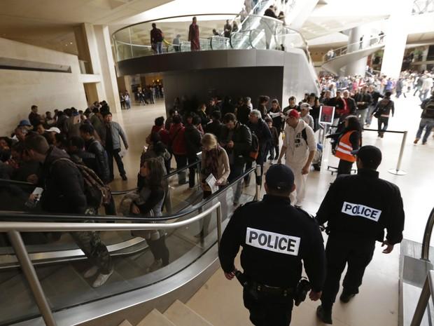 Patrulha da polícia francesa dentro do museu do Louvre, em Paris, nesta quinta-feira (11).  (Foto: REUTERS/Philippe Wojazer )