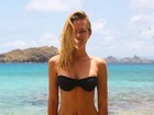 Fiorella Mattheis usa biquíni e exibe barriga chapada em lugar paradisíaco