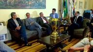 Governador de PE e secretários estaduais recebem visita da taça do Campeonato Pernambucano