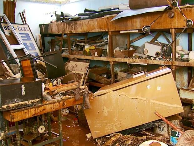 Água de esgoto atingiu cerca de um metro de altura e danificou equipamentos e documentos em escritório (Foto: Reprodução EPTV)