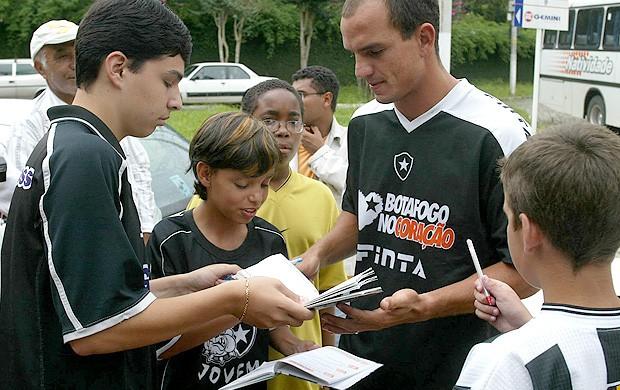 sandro botafogo distribui autógrafos (Foto: Cezar Loureiro / O Globo)