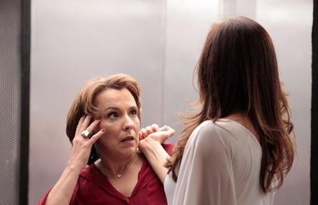 Rachel (Ana Beatriz Nogueira) descobre que Lívia e Wanda são criminosas e acaba sendo vítima da seringa Divulgação/TV Globo