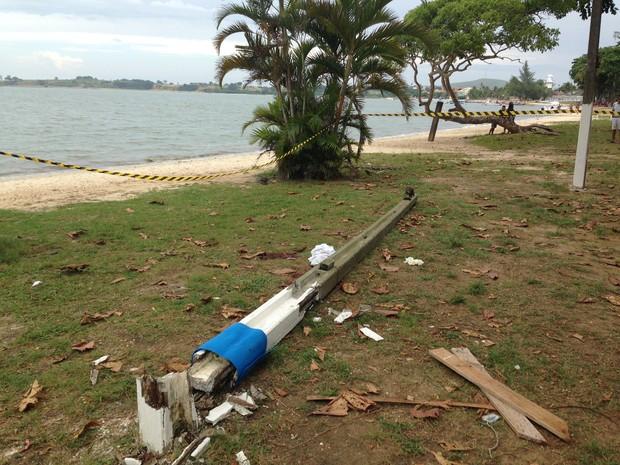 Poste caiu em cima de menina que assistia colegas praticando esporte. (Foto: Heitor Moreira/G1)