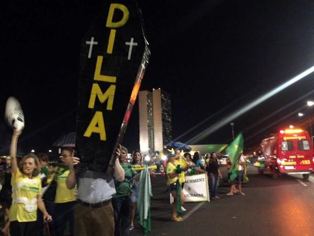 Manifestantes a favor da saída da presidente Dilma Rousseff do Governo levam caixão com o nome dela a manifestação na Esplanada dos Ministérios nesta segunda (11) (Foto: Alexandre Bastos/G1)