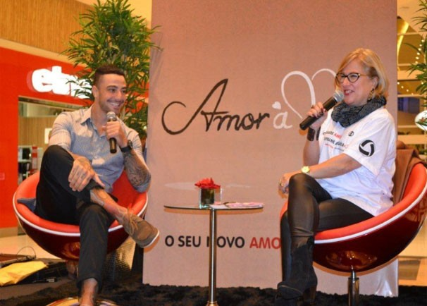 Ator participou de um Talk Show com a interação do público presente. (Foto: Reprodução/TVMO)