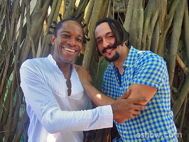 """Flávio Bauraqui e Irandhir Santos são amigos desde as filmagens do filme """"O Senhor do Labirinto"""" (Foto: Meu Pedacinho de Chão / TV Globo)"""
