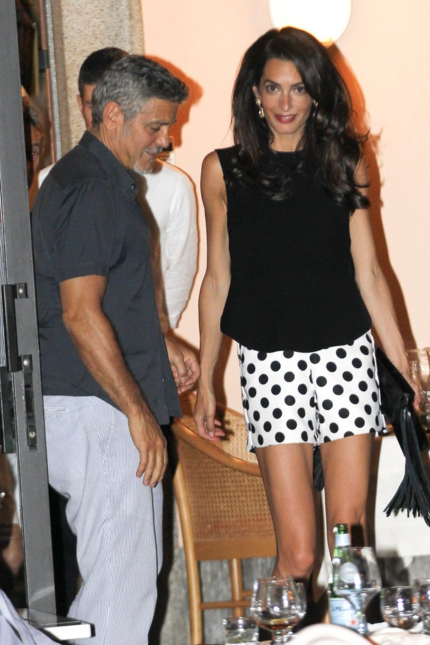 Amal Clooney e George Clooney em jantar na Itália (Foto: Grosby Group/ Agência)