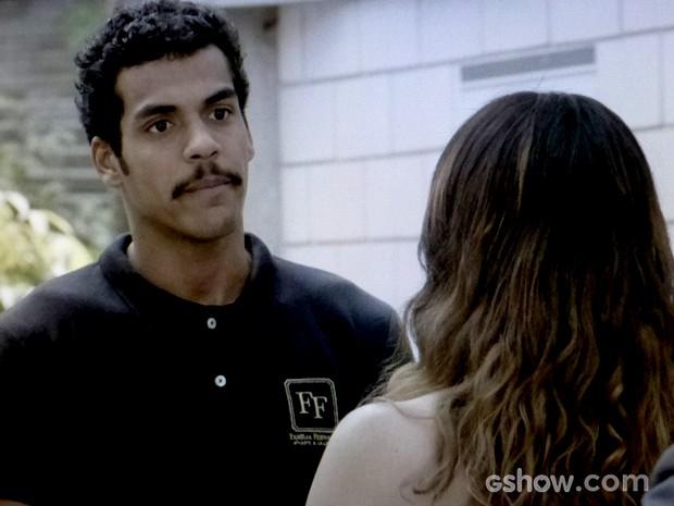 Jairo chega e não gosta de ver a esposa com rival (Foto: Em Família / TV Globo)