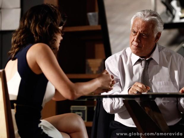 César fica ressabiado assim que Aline lhe pede uma procuração (Foto: Amor à Vida / TV Globo)