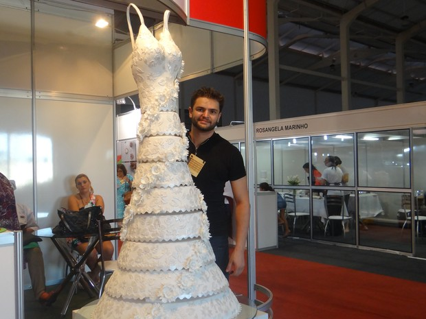 Bolo de vestido de noiva chama atenção dos participantes do evento. (Foto: Natália Souza/G1)