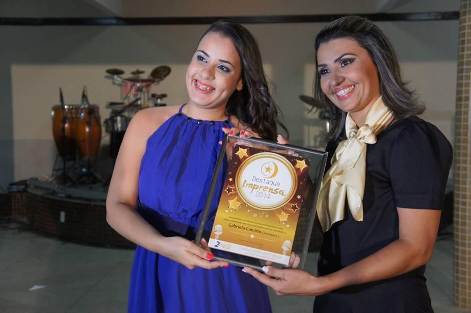 A Editora de Web, Gabriela Canário, recebe o prêmio Destaque Imprensa 2014 (Foto: Milena Pacheco/Grande Rio FM)
