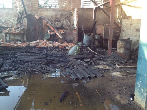 Incêndio destruiu 12 oficinas mecânicas em Ponta Grossa (Foto: Viviane Mallmann/RPC)