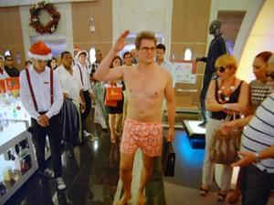 Felipe chega quase nu no meio da Charlô's (Foto: Guerra dos Sexos / TV Globo)