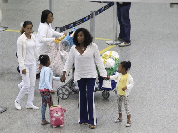 Glória Maria e as filhas em aeroporto no Rio (Foto: Delson Silva e Dilson Silva/ Ag. News)