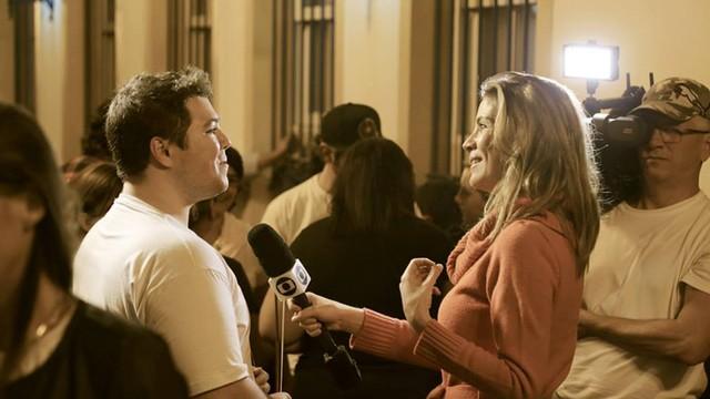 Mariane Salerno entrevista músico (Foto: Kennedy Lui)