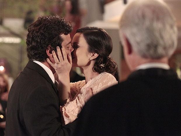 Gabriel e Beatriz se beijam sob a bênção do padre (Foto: Amor Eterno Amor/TV Globo)