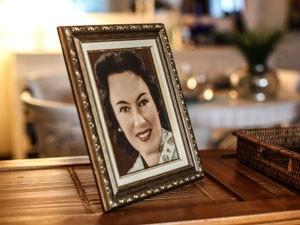 Porta-retrato de Edith decora a sala da casa de Betina  (Foto: Raul Zito/G1)