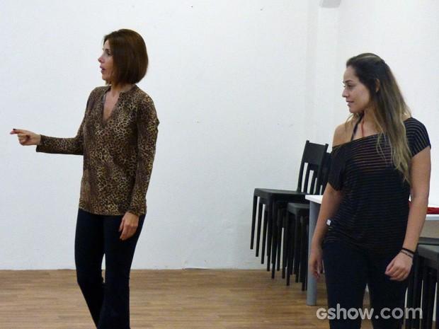 Além da técnica, Helena também aprende até a dar bronca nos alunos (Foto: Malhação / TV Globo)