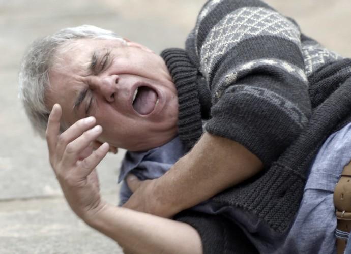 Queiroz cai no chão  (Foto: TV Globo)