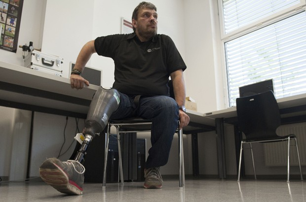 Wolfgang Rangger corre, anda de bicicleta e faz escalada desde que recebeu a nova prótese (Foto: AFP Photo/Samuel Kubani)