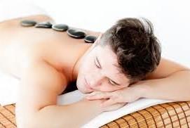 Massagem relaxante com pedras quentes é uma opção para o dia dos noivos. (Foto: Divulgação.)