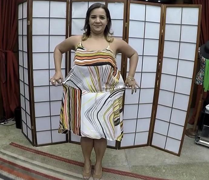 Luciana encontra solução para as peças de roupa de quando era gordinha (Foto: TV Globo)