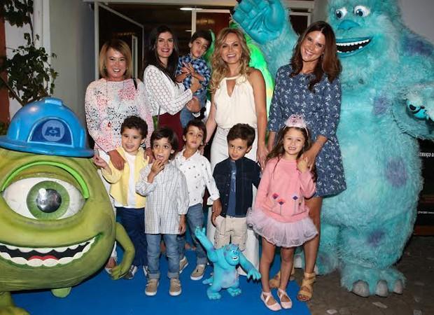 Eliana recebe convidados de festa (Foto: Manuela Scarpa/Photo Rio News)