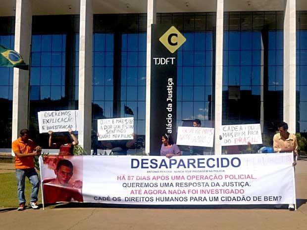 Familiares do homem desaparecido após suposta ação policial exibem faixas e cartazes pedindo investigação do caso (Foto: Gabriella Julie/G1 DF)