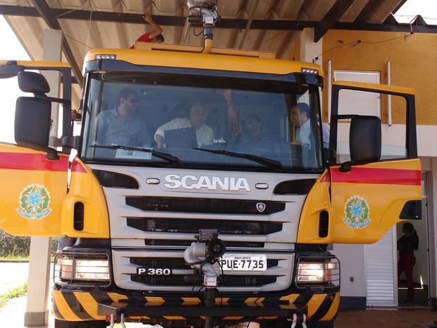 O aeroporto Brigadeiro Cabral em Divinópolis recebeu nesta quinta-feira (30) um caminhão de combate a incêndio. O veículo chegou para atender as exigências da Agência Nacional de Aviação Civil(Anac), para a operação e voos comerciais no local. Por dia, s (Foto: Assessoria/Divulgação)