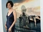 Decotada, Anne Hathaway distribui autógrafos em première