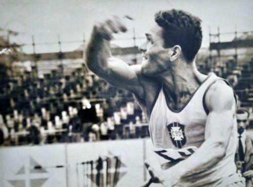 Foto (Foto: Barnabé com a camisa da antiga CBD em uma competição)