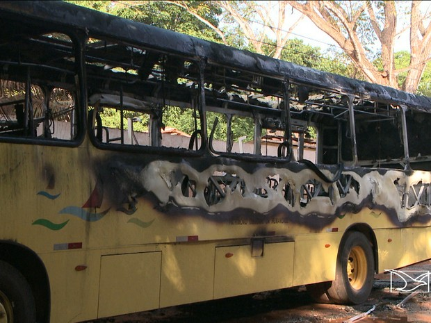 Após ataques, ônibus foram tirados de circulação às 15h deste sábado (Foto: Reprodução/TV Mirante)