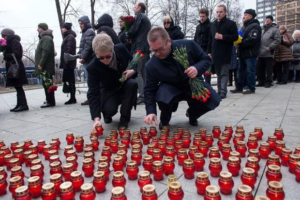 Pessoas deixam velas em homenagem ao opositor Boris Nemtsov nesta terça-feira (3) do lado de fora de seu funeral em Moscou (Foto: Alexander Utkin/AFP)