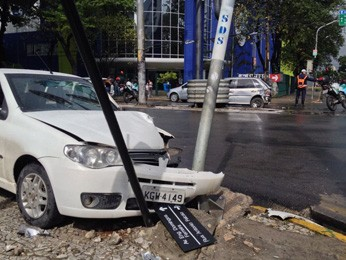 Acidente na Avenida Engenheiro Domingos Ferreira  (Foto: Kety Marinho/TV Globo)