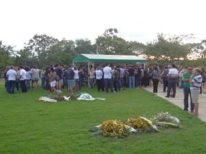 Enterro de adolescente que morreu dentro de apartamento na Jatiúca (Foto: Henrique Pereira/G1)